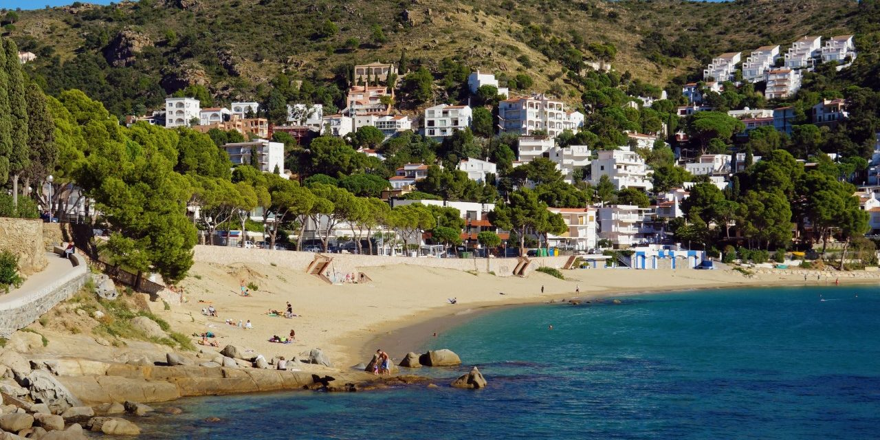 https://travelinspires.org/wp-content/uploads/2014/05/Roses-Beach-Cala-Canyelles-Petites-1-1280x640.jpg