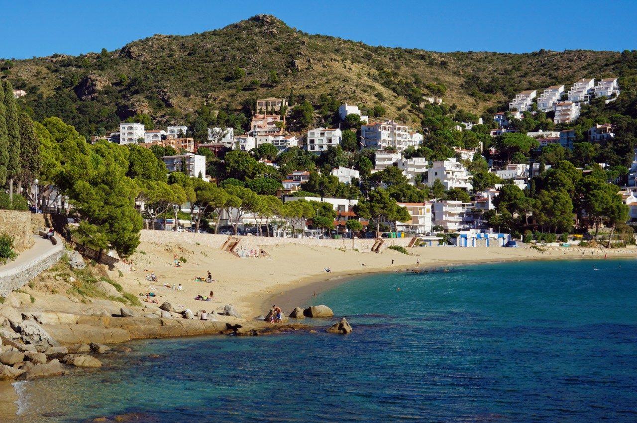https://travelinspires.org/wp-content/uploads/2014/05/Roses-Beach-Cala-Canyelles-Petites-1-1280x850.jpg