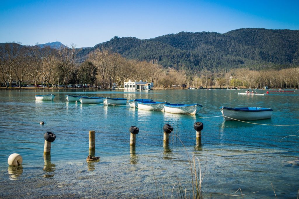 https://travelinspires.org/wp-content/uploads/2014/11/Banyoles-lake-scene-with-its-typical-leisure-boats-2-1024x683.jpg