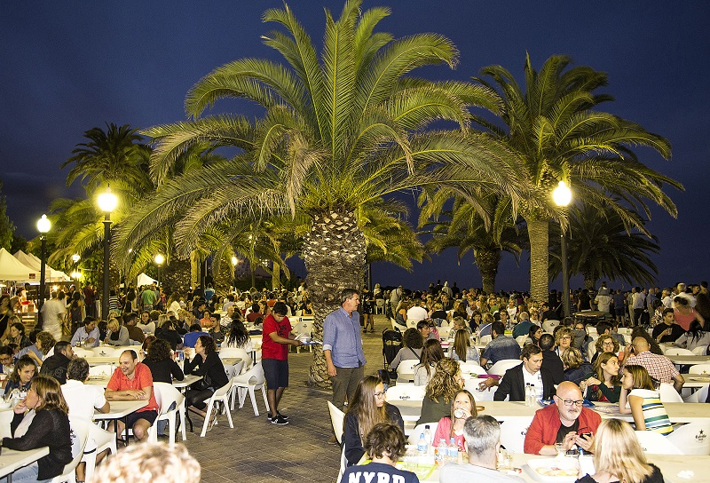 Tarragona festivals dining under the fireworks