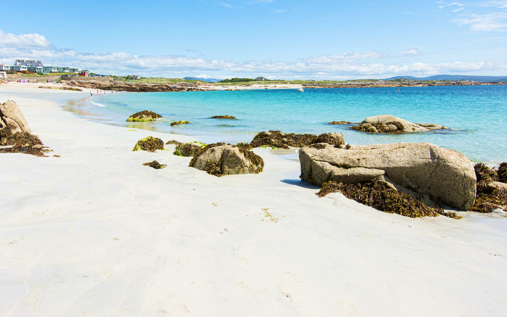 https://travelinspires.org/wp-content/uploads/2019/10/galway-ireland-beautiful-towns-Roundstone-white-sandy-beach-1024x640.jpg