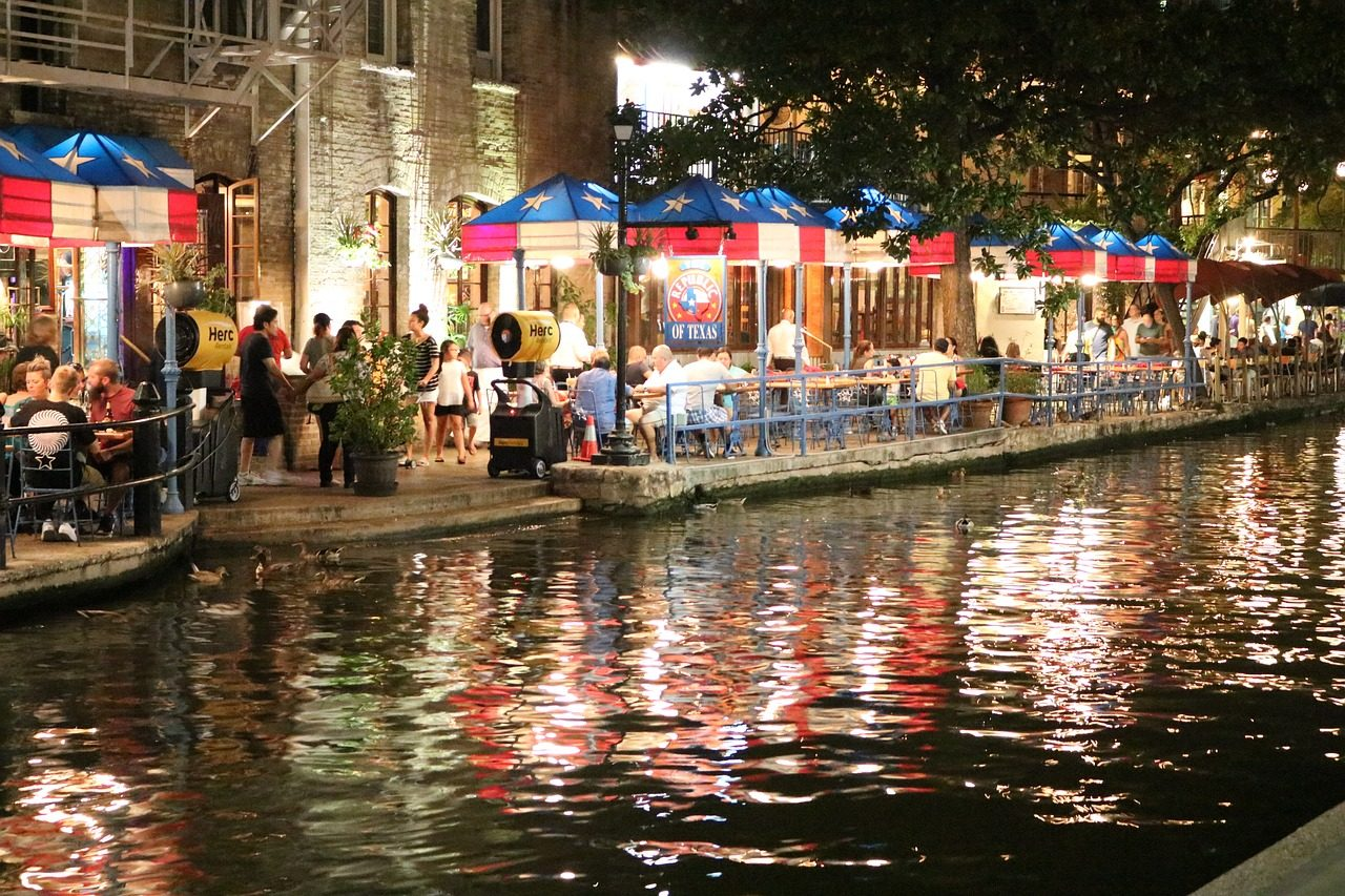 https://travelinspires.org/wp-content/uploads/2019/10/san-antonio-riverwalk-restaurants-1280x853.jpg