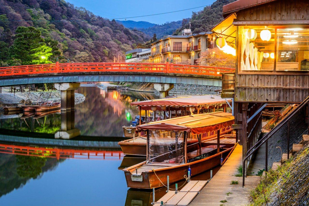https://travelinspires.org/wp-content/uploads/2019/10/visit-Kyoto-or-Tokyo-1280x853.jpg