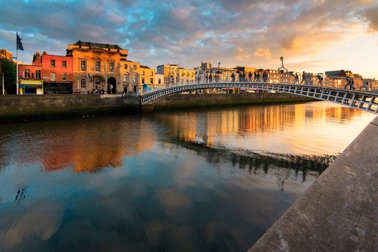 https://travelinspires.org/wp-content/uploads/2019/11/Dublin-food-and-drink-guide-hapenny-bridge-1280x853.jpg