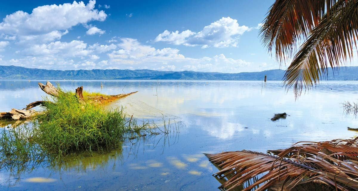 https://travelinspires.org/wp-content/uploads/2019/11/Lake-Bosomtwe-Ghana-1200x640.jpg