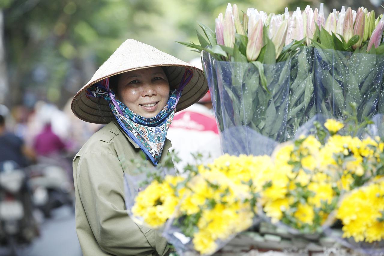 hanoi-capital-smilng flower seller
