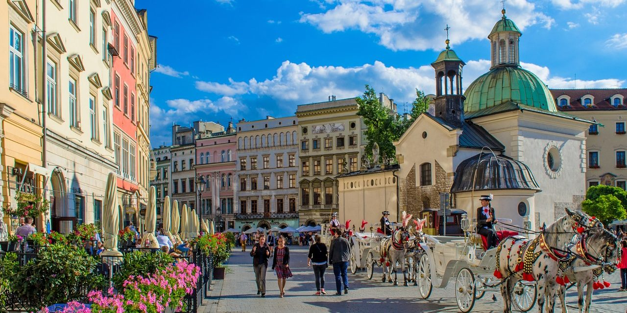 https://travelinspires.org/wp-content/uploads/2019/12/krakow-poland-winter-city-break-1280x640.jpg