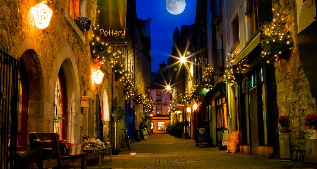 https://travelinspires.org/wp-content/uploads/2020/02/Galway-city-pubs-and-street-at-night-1200x640.jpg