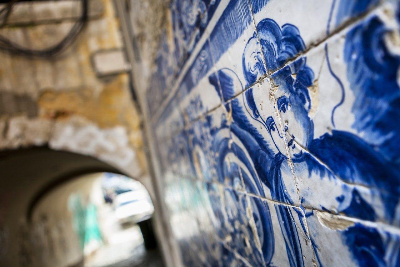 https://travelinspires.org/wp-content/uploads/2020/02/Lisbon-a-city-of-ceramics-An-angel-figure-in-azulejo-tiles-1280x853.jpg