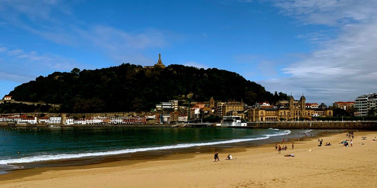 https://travelinspires.org/wp-content/uploads/2020/06/San-Sebastian-La-Concha-Beach-1280x640.jpg