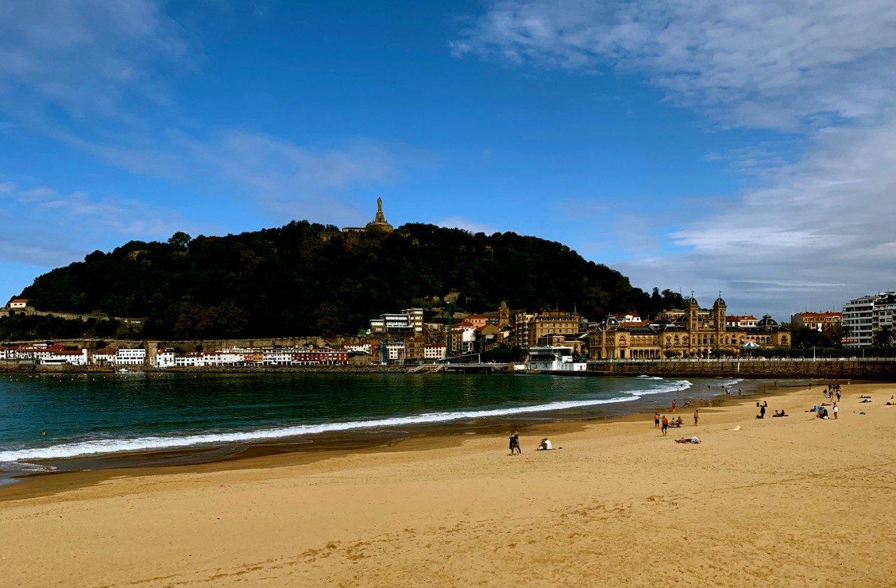 https://travelinspires.org/wp-content/uploads/2020/06/San-Sebastian-La-Concha-Beach-1280x840.jpg