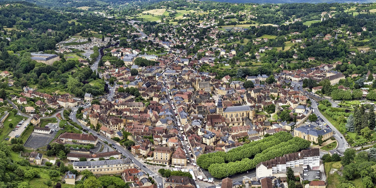 https://travelinspires.org/wp-content/uploads/2021/01/Sarlat_la_caneda.Small_2016-1280x640.jpg